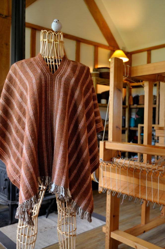 Poncho Goupil dans l'atelier des Laines du Marquenterre
